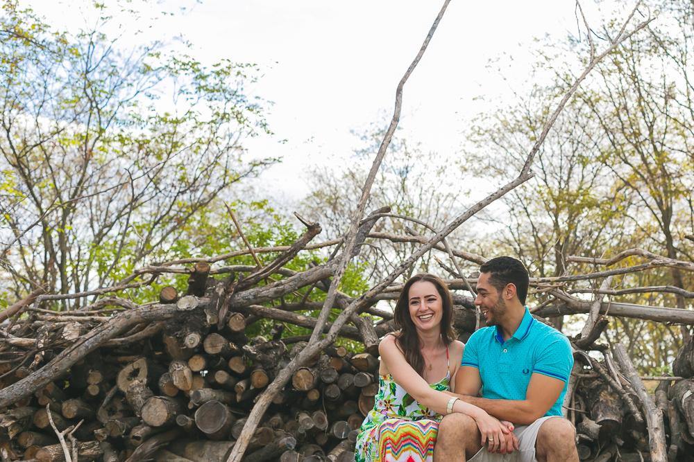 noivos sorrindo , Josie Nader fotografias, Governador Valadares , pre casamento