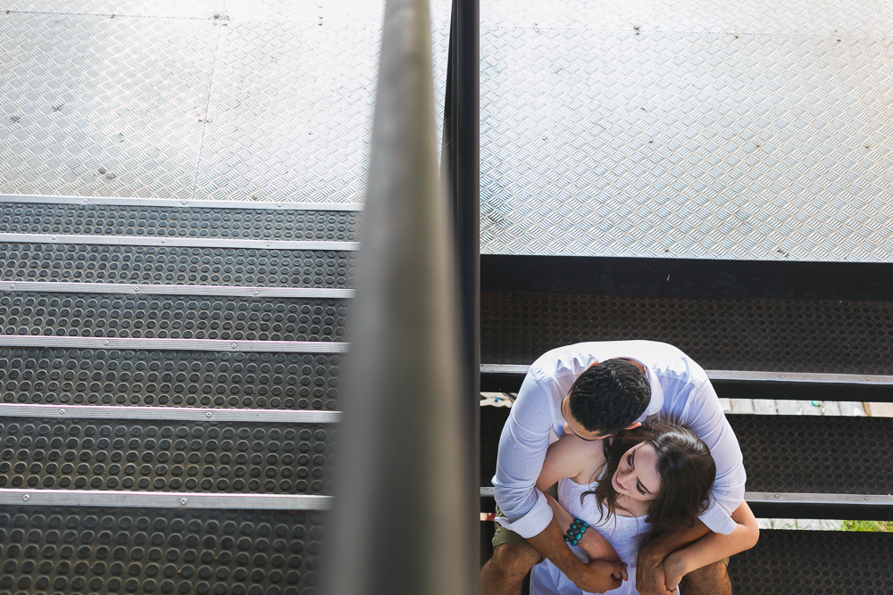noivos sentados na escada da faculdade, Josie Nader fotografias, Governador Valadares , pre casamento