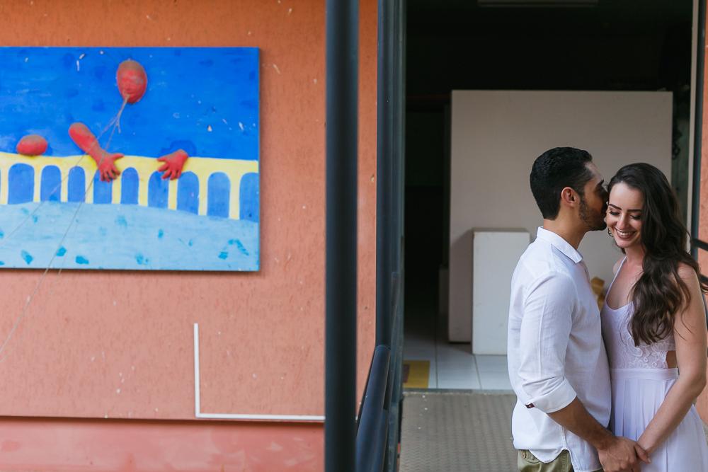 noivos no corredor da faculdade , Josie Nader fotografias, Governador Valadares , pre casamento