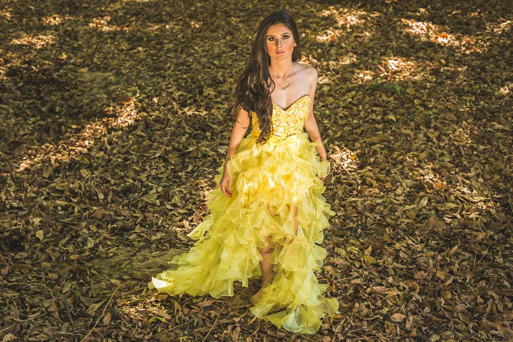 ensaio 15 anos menina correndo vestido amarelo