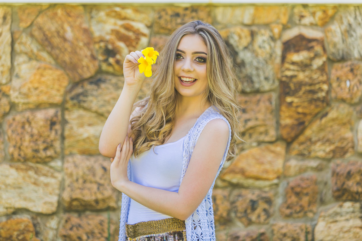 a menina e a flor amarela, fotografia 15 anos, ensaio fotografico, Governador Valadares, Josie Nader
