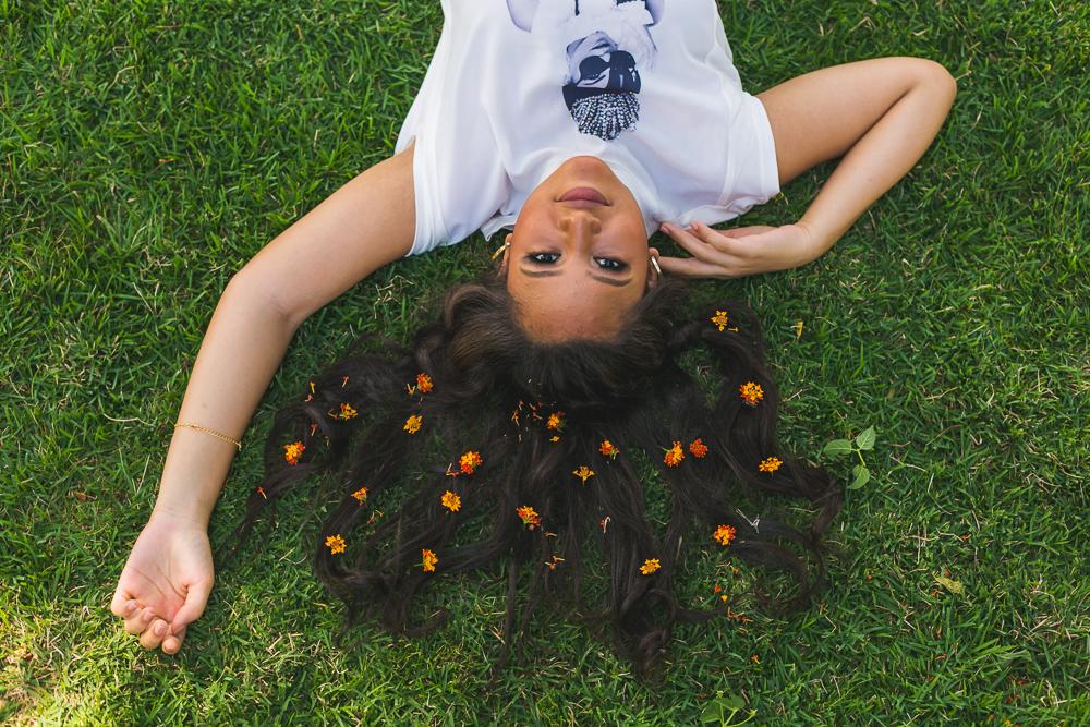 menina deitada na grama, book,ensaio fotografico, Josie Nader, governador Valadares