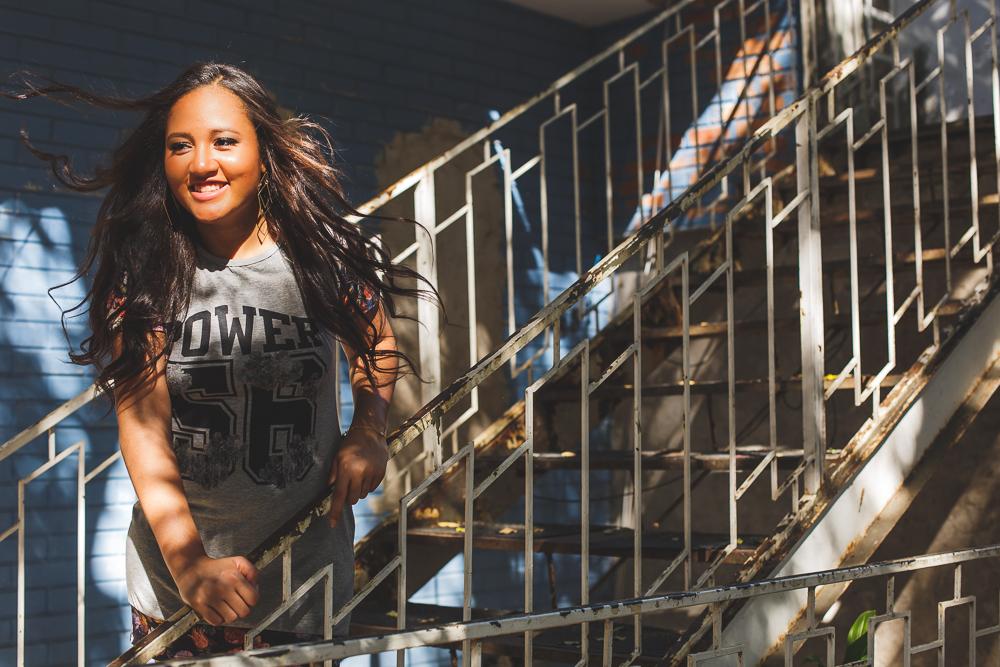 a menina na escada, muro azul, ensaio fotografico,Governador Valadares