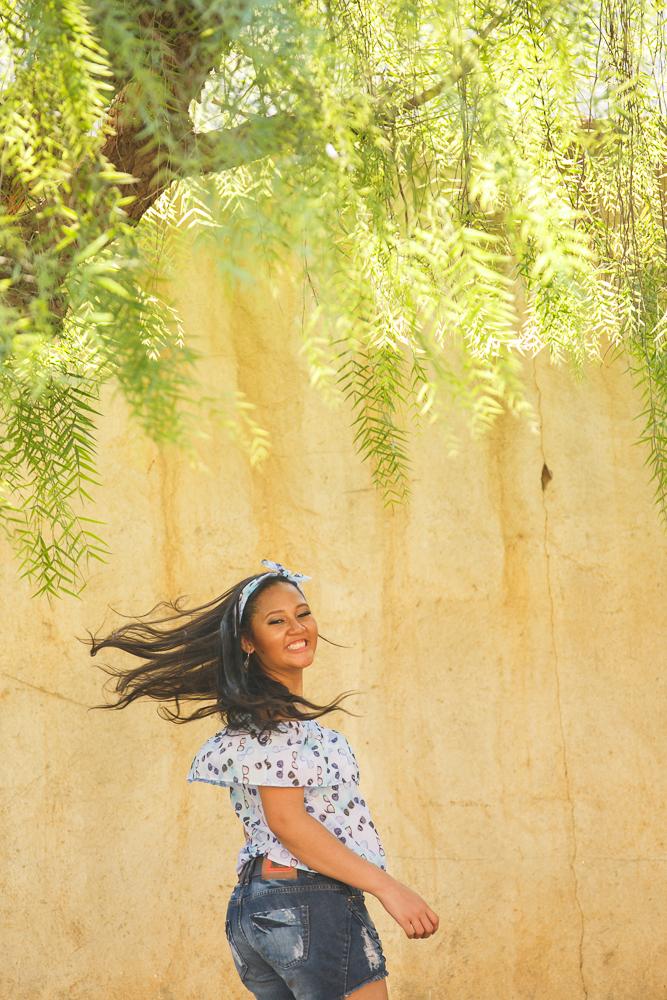 a menina e a árvore, menina correndo,, ensaio fotográfico,