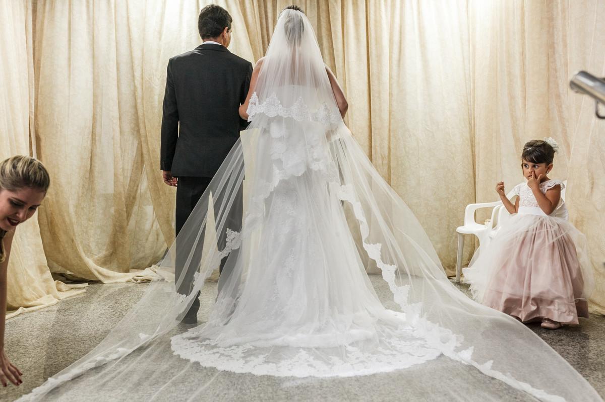 noiva com o pai na porta da igreja, casamento GV, GOvernador Valadares, Josie Nader