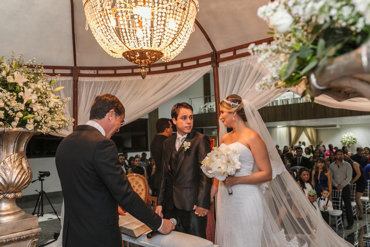 noivo olhando noiva no altar, fotografia de casamento. casamento, Governador Valadares
