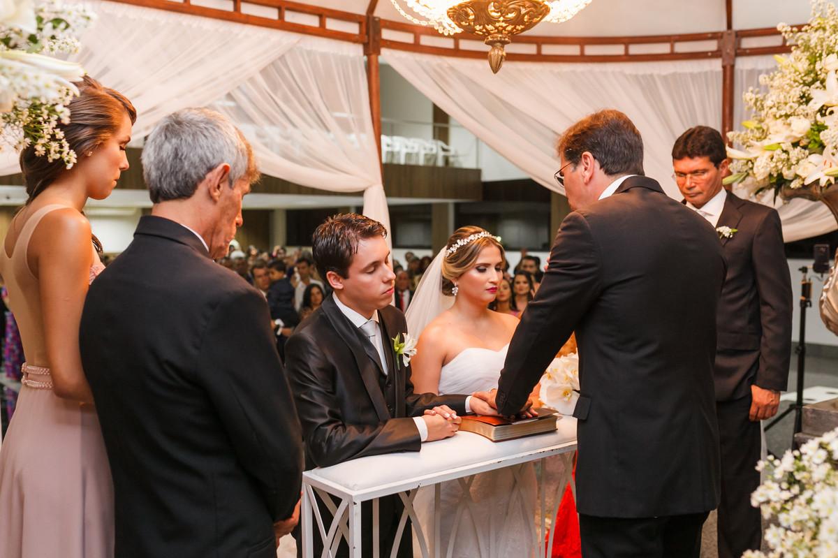 noivos ajoelhados no altar, fotografia de casamento, Governador Valadares, Josie Nader