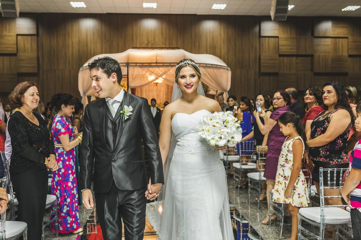 noivos saindo da igreja, fotografia de casamento, Governador Valadares, casamento