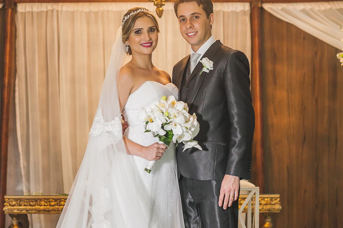 noivos sorrindo apos cerimonia, fotografia de casamento, Governador Valadares
