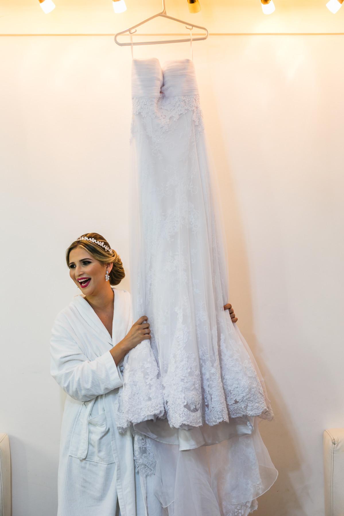 A noiva e o vestido, fotografia de casamento, Governador Valadares, Josie Nader