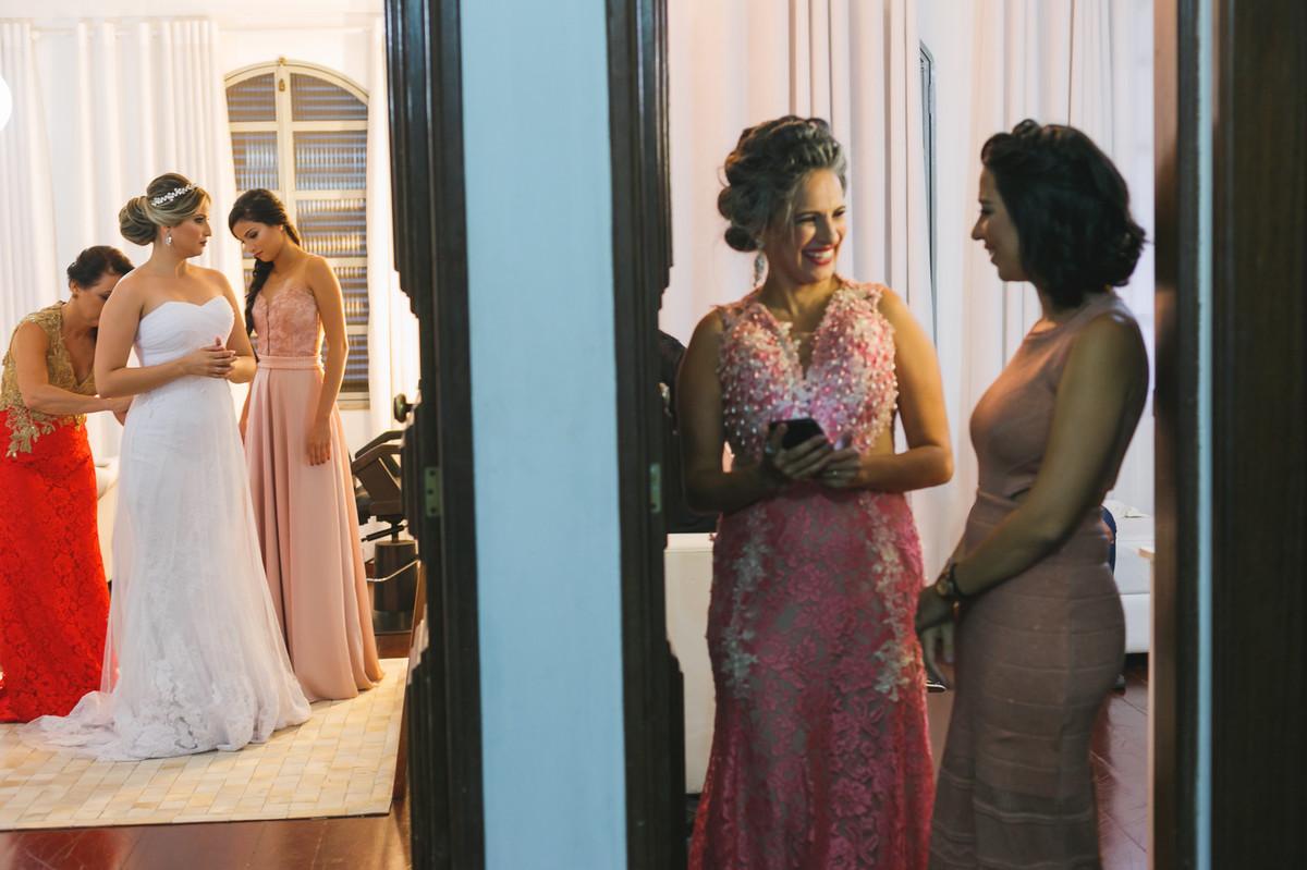 noiva vestindo vestidom com as madrinhas, making noiva, Governador Valadares, Josie Nader,