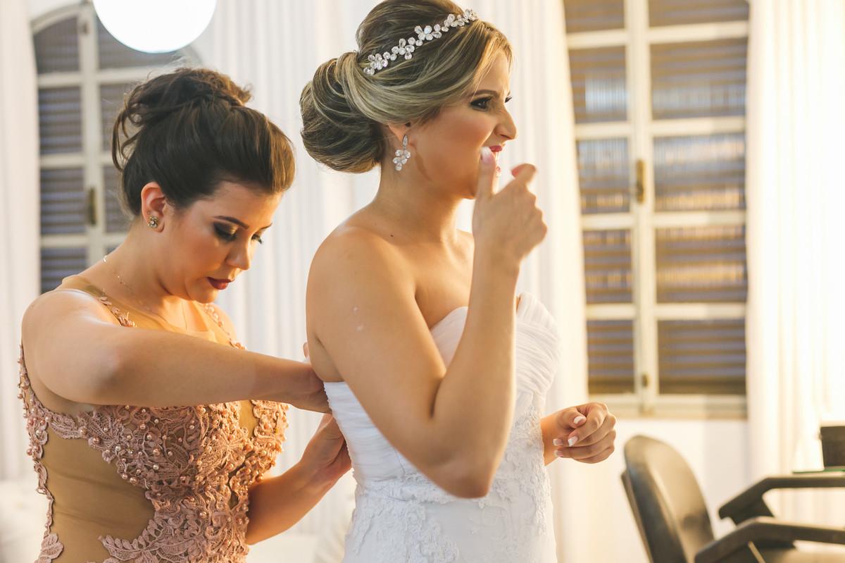 Noiva vestindo vestido, noiva pasasndo dedo no dente, fotografia decasamento, Governador Valadares, Josie Nader,
