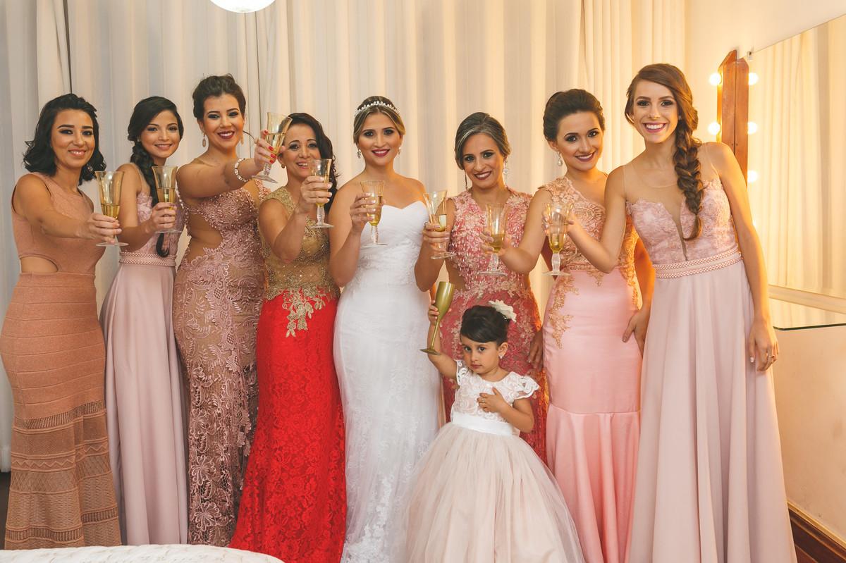 brinde das madrinhas com a noiva, making noiva, fotografia de casamento, Governador Valadares
