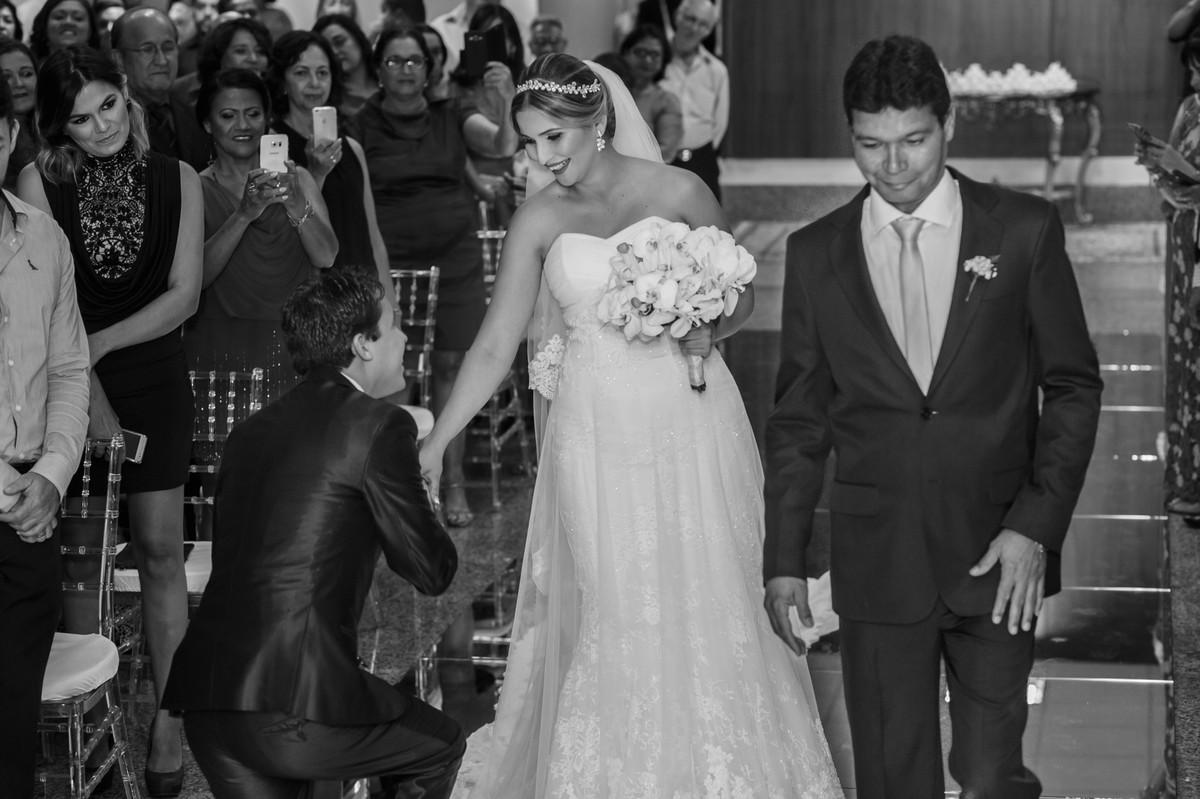 noivo recebendo noiva de joelho, casamento GV, Governador Valadares