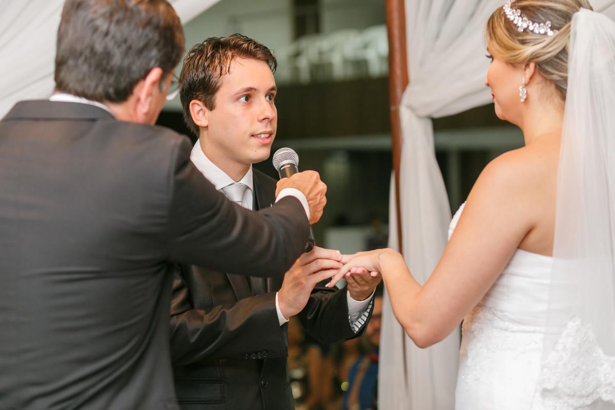 noivo colocando aliança na noiva, fotografia de casamento, Governador Valadares