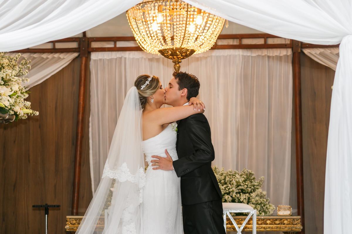 o beijo dos noivos, fotografia decasamento, Governador Valadares, Josie nAder