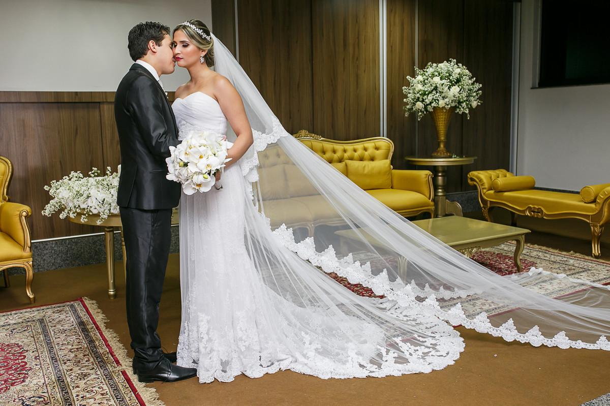 noivo beijando rosto da noiva, fotografia de casamento, Governador Valadares, Josie nader