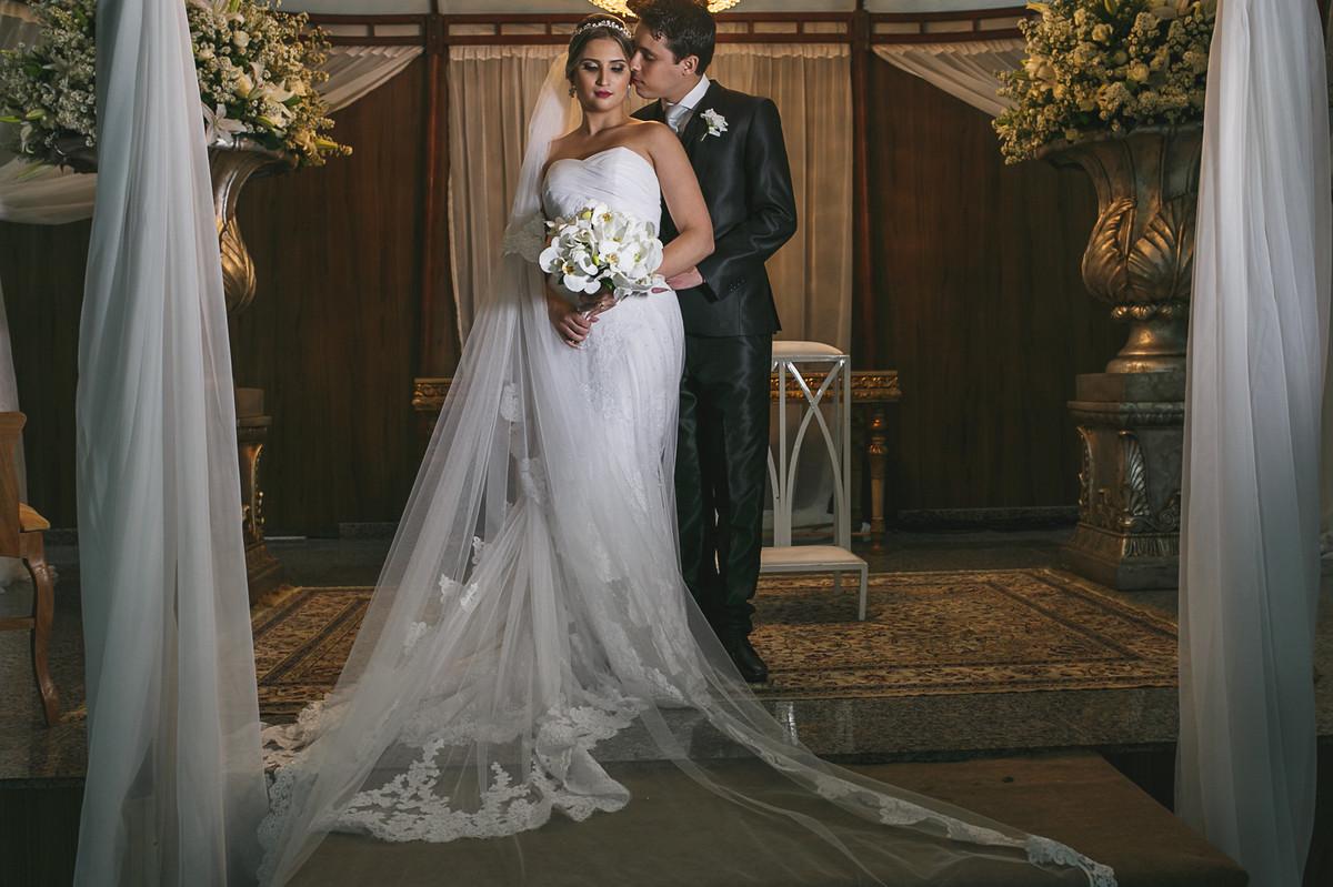 noivos se beijando no altar, fotografia de casamento, Governador Valadares