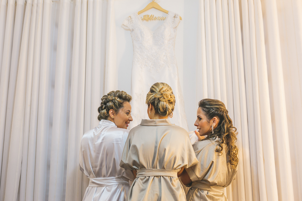 noiva colocando nome na barra do vestido, fotografia de casamento, Governdor Valadares, Josie Nader