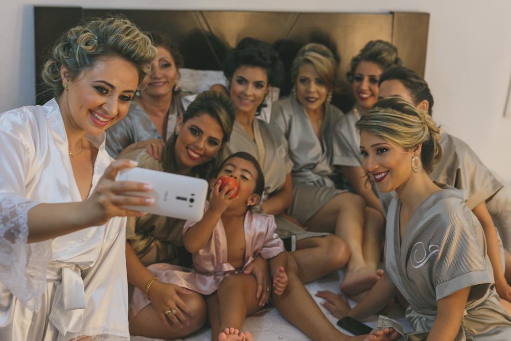 noiva fazendo selfie com as madrinhas, fotografia de csamento, Governadorr Valadares