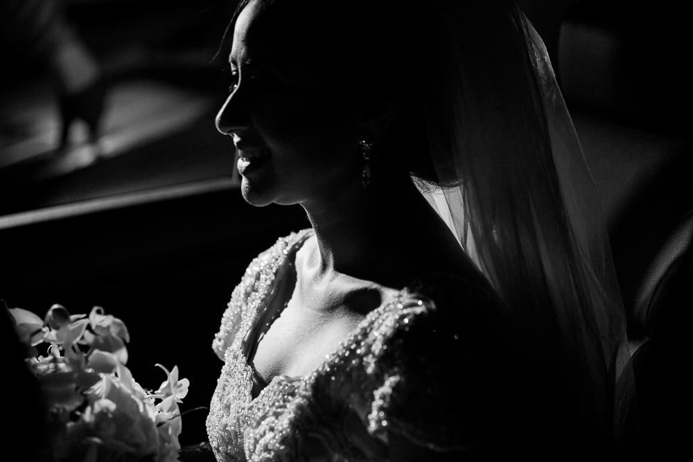 noiva no carro em preto e branco, fotografia de casamento, Governador Valadares