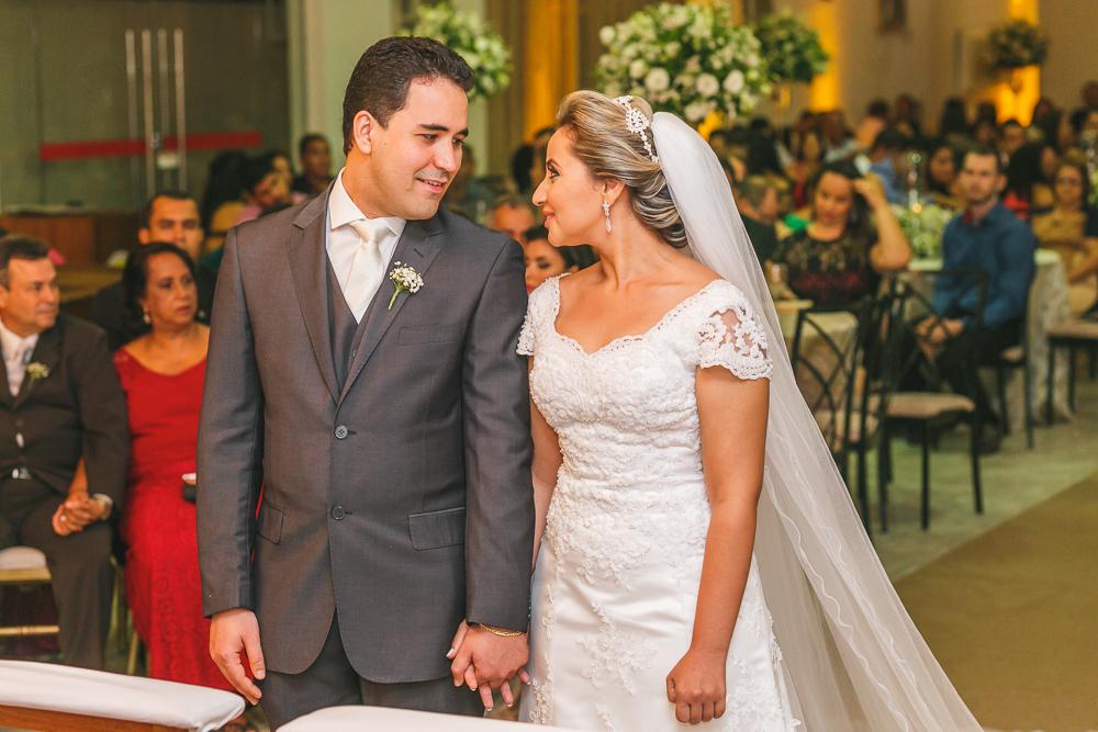 noivos se olhando no altar, fotografia casamento, Governador Valadares, Josie nAder