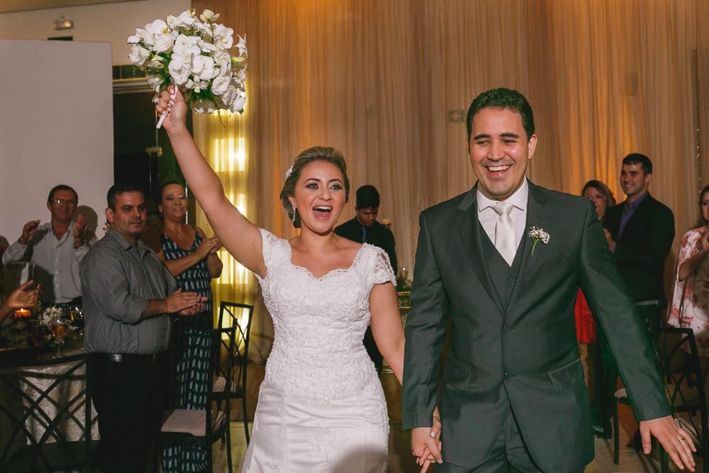 noiva levantando bouquet, Governador  Valadares, fotografia de casamento