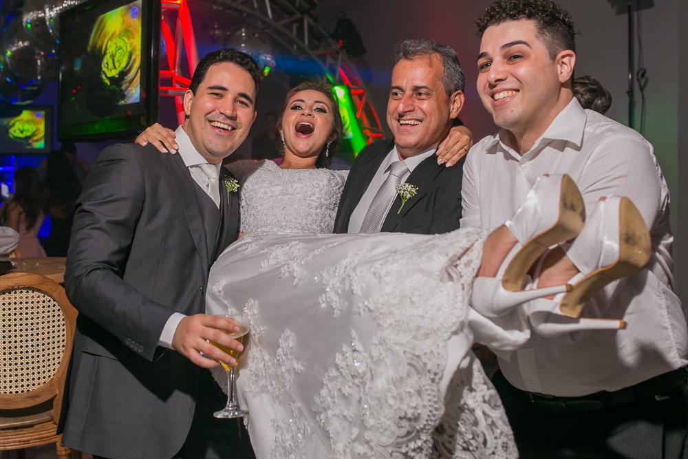 noiva sendo carregada pelos convidados, fotografia de casamento, Governador Valadares