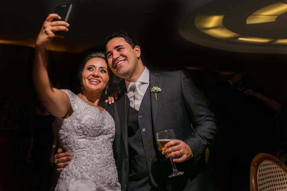 noivos fazendo selfie, casamento,