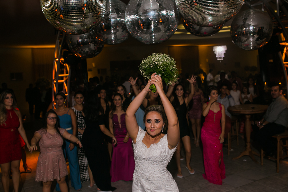 noiva jogando bouquet, fotografia de casamento, Governador Valadares