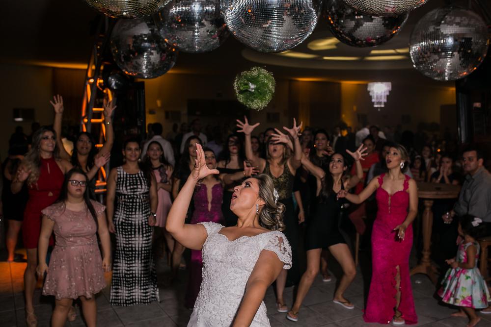 noiva jogando bouquet, casamento GV, Josie Nader, Governador Valadares