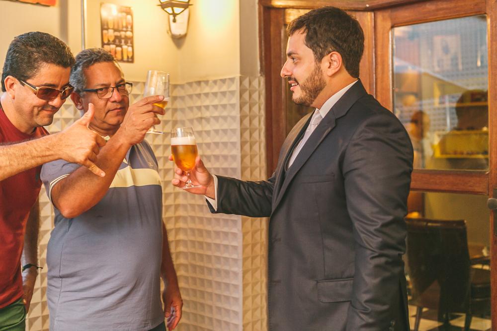 noivo brindando com o pai no making, fotografia de casamento, Governador Valadares
