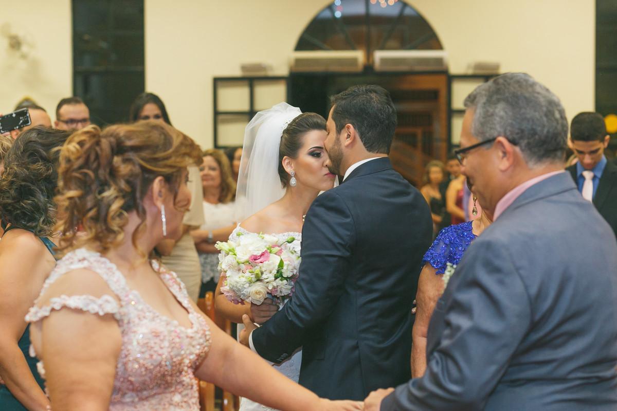 noivo recebendo noiva com beijo, fotografia de casamento, Governador Valadares, Josie Nader