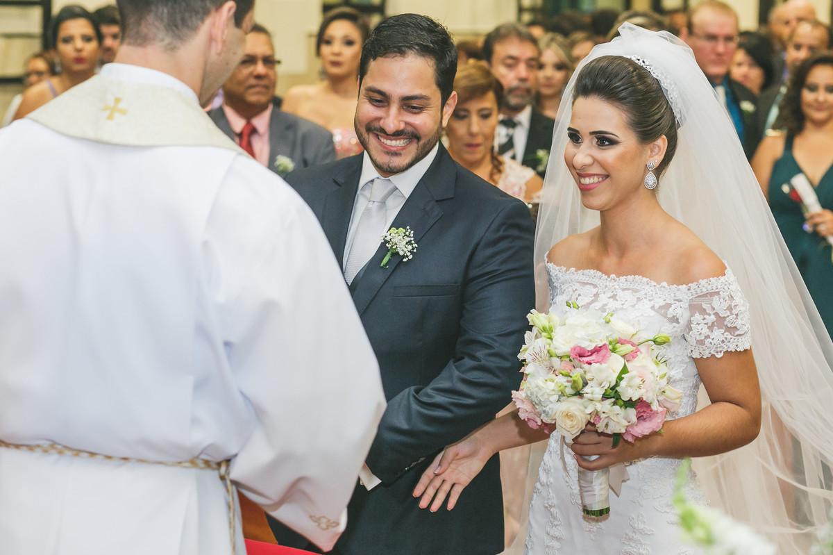 noivos sorrindo para o padre, fotografia de casamento, Governador Valadares, Josie Nader