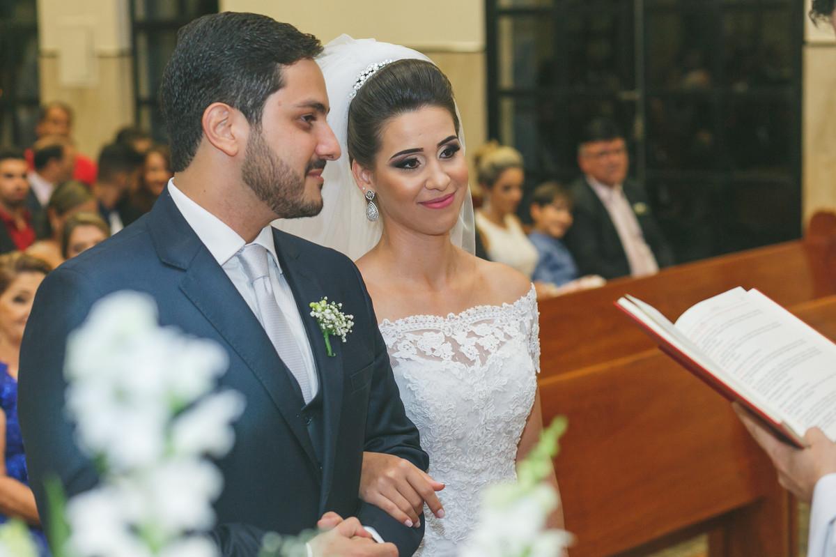 noivos sorrindo no altar, Governador Valadares, Josie nAder , Governador Valadares