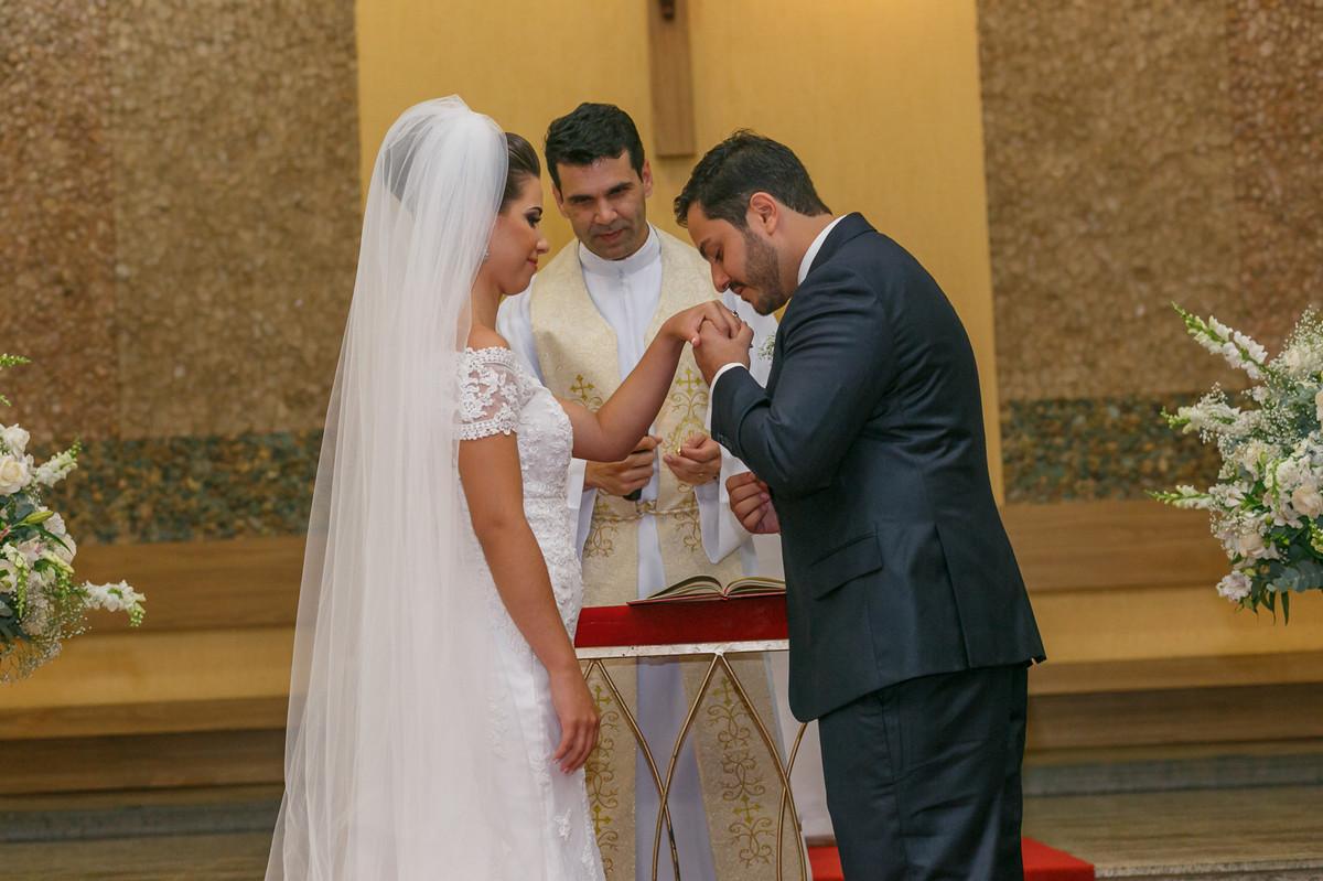 noivo beijando mão da noiva, fotografia de casamento, Governador Valadares, Josie Nader