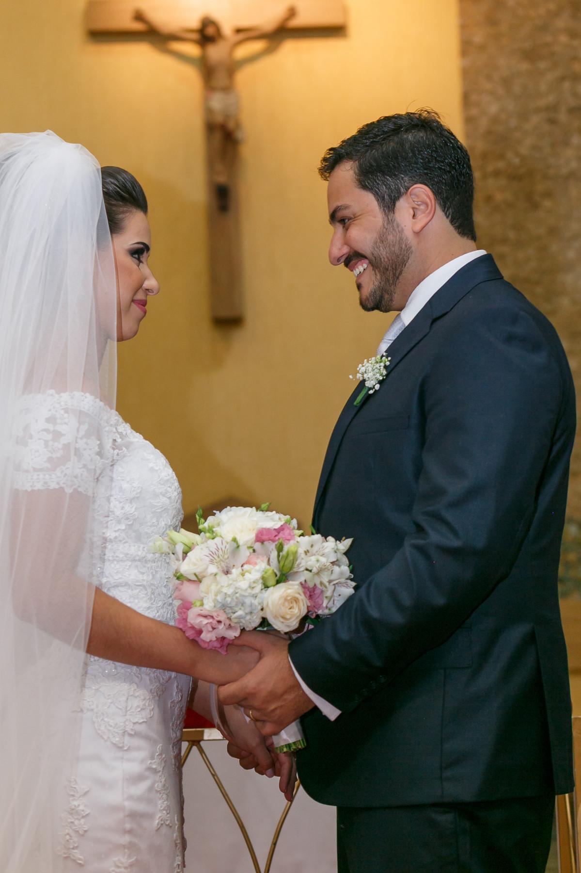 noivos se olhando no altar, fotografia de casamento, Governador Valadares, Josie Nader