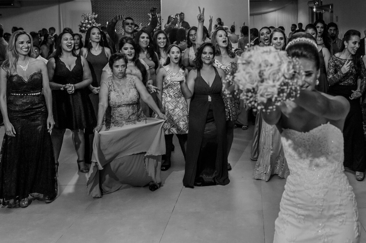 convidadas pegando bouquet, fotografia de casamento, Governador Valadares, Josie nader