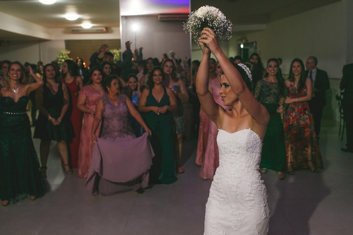 noia jogando bouquet para convidadas, Governador Valadares, Jose Nader,
