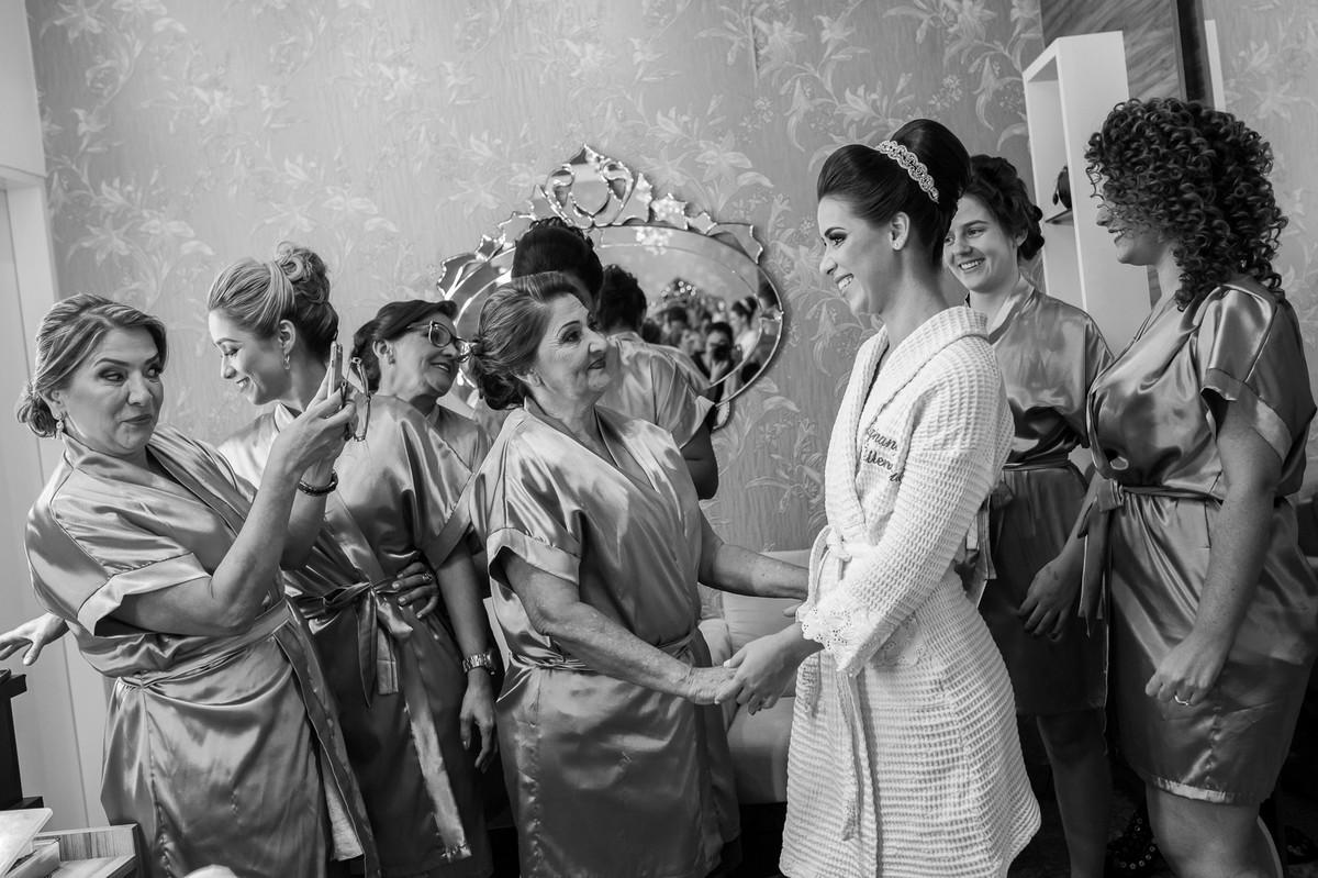 noiva e madrinhas no making, fotografia de casamento, Governador Valadares