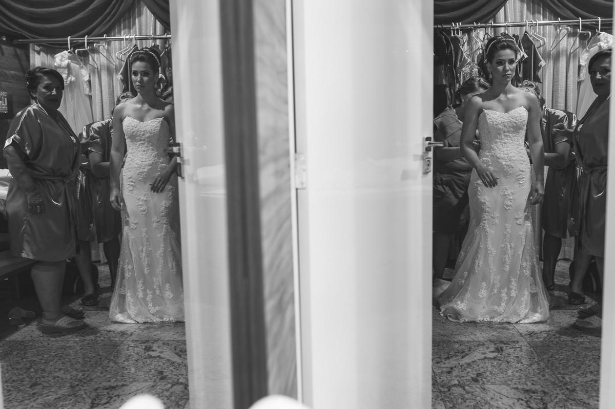 noiva vestindo vestido, madrinha noiva, casamento GV, Governador Valadares , JoOsie Nader