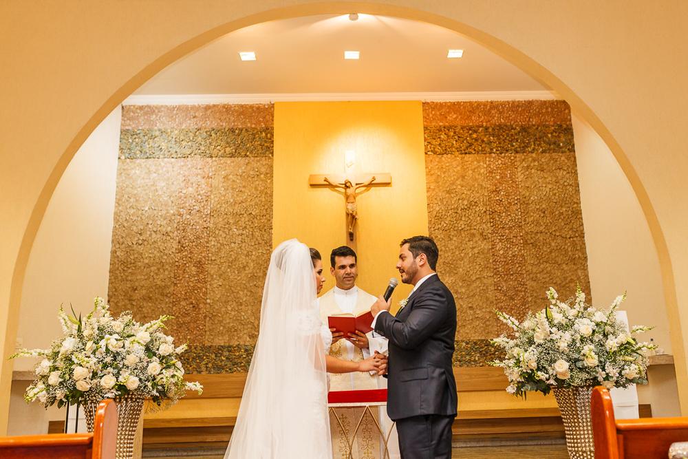 noivo olhando pra noiva no altar, fotografia de casamento, Governador Valadares, Josie nader
