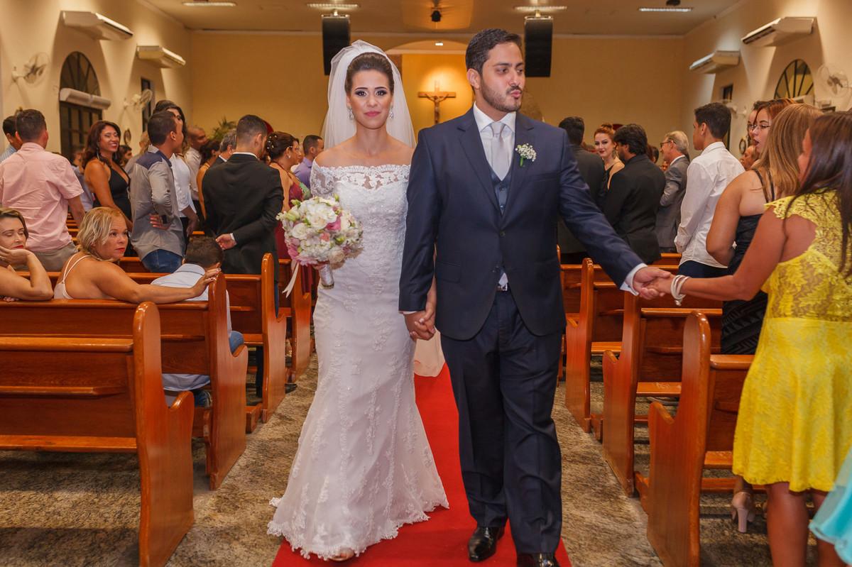 noivos saindo da Igreja, cerimonia, casamento, Governador Valadares