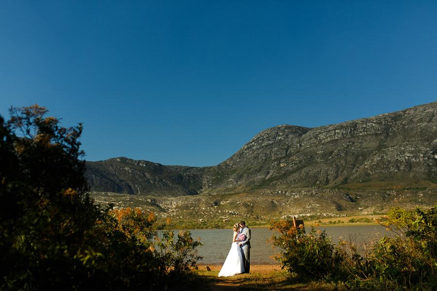 casal josiane e warley, abracados ao lado do lago em lapinha da serra, mg