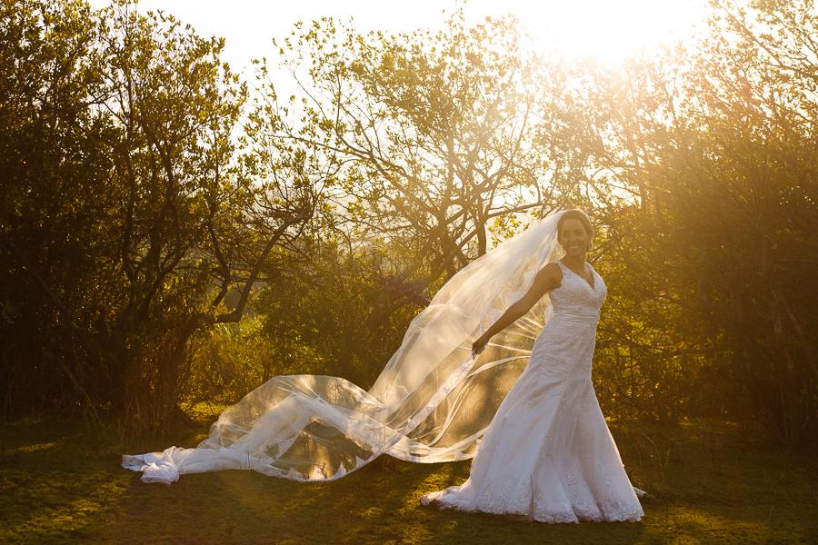 noiva josiane no trash the dress fotos externas segurando o veu em lapinha da serra mg