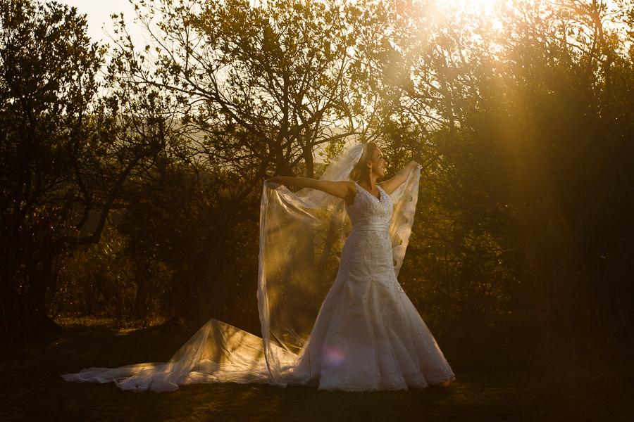 noiva josiane no trash the dress fotos externas com o veu aberto em lapinha da serra mg