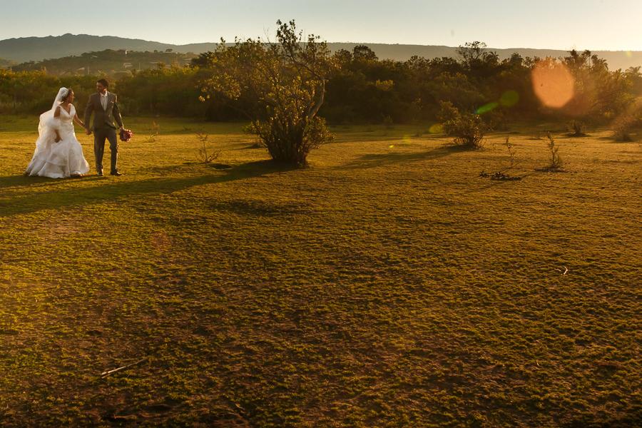 casal josiane e warley caminhando ao por do sol, lapinha da serra MG