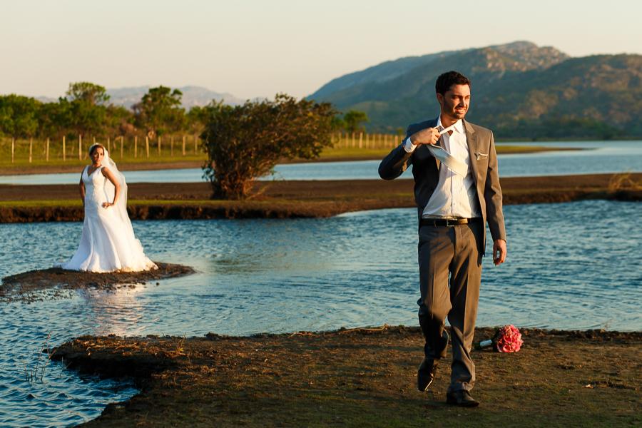 casal josiane e warley noivo tirando a gravata,  lapinha da serra MG