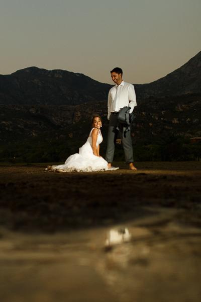 casal josiane e warley ajoelhada ao pe do noivo,  lapinha da serra MG