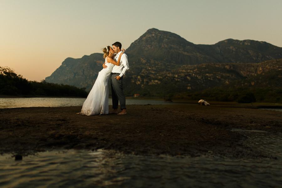 casal josiane e warley se beijando e com o cenario de fundo a serra e o lago ao por do sol,  lapinha da serra MG